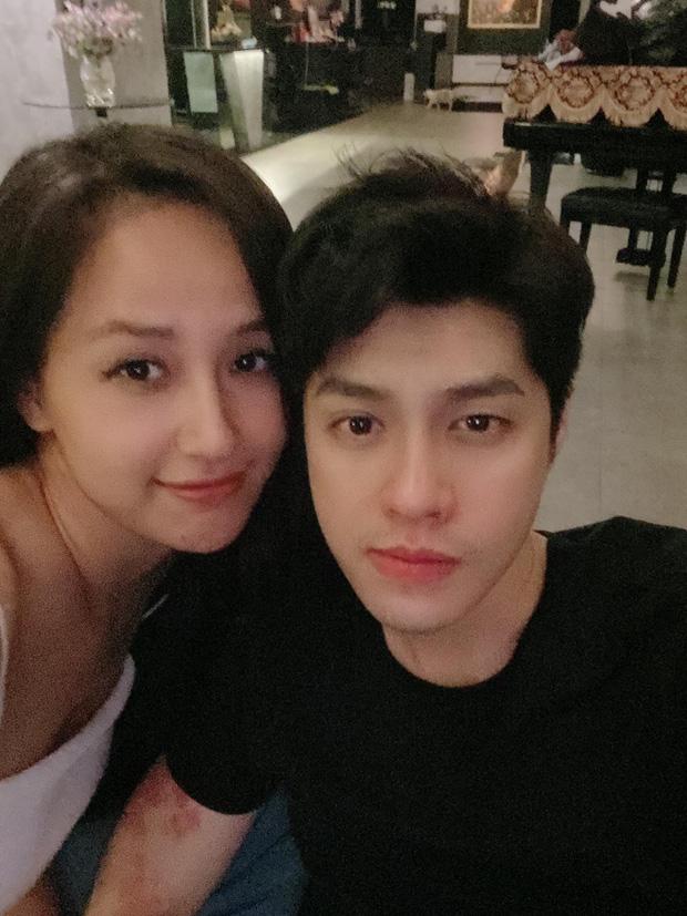 Mai Phương Thuý - Noo Phước Thịnh ngồi dính lấy nhau, còn bị soi bàn tay tình tứ biến Phạm Quỳnh Anh thành