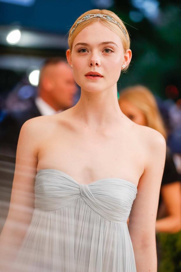 """Còn đâu """"công chúa"""" Elle Fanning đẹp như tiên tử ngày nào: Visual tuột dốc, sốc nhất là body lộ cả xương ngực - ảnh 11"""