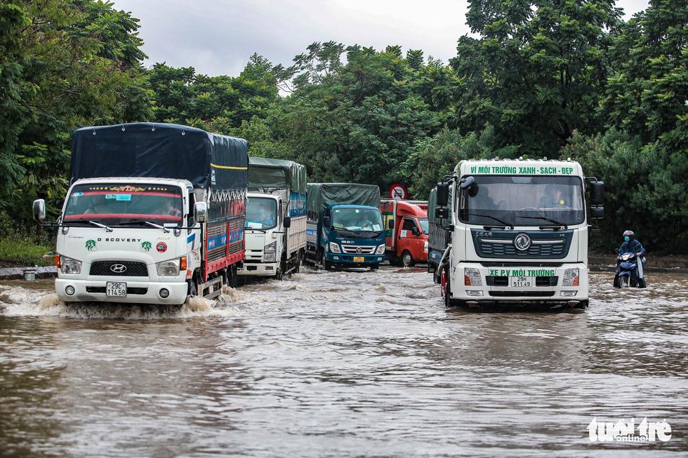 Mưa lớn kéo dài, nhiều tuyến đường Hà Nội ngập sâu - ảnh 3