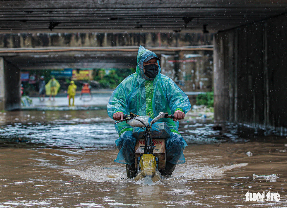 Mưa lớn kéo dài, nhiều tuyến đường Hà Nội ngập sâu - ảnh 5