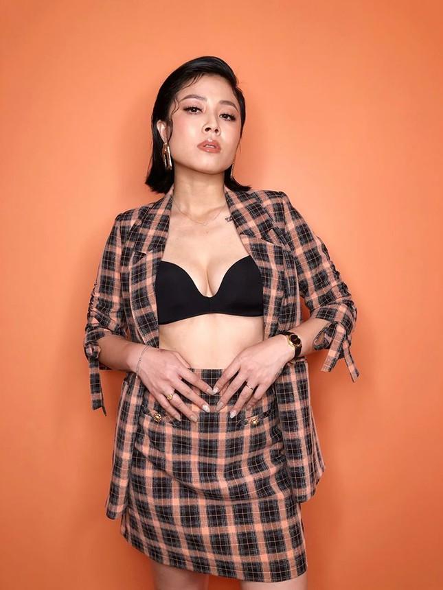 MC Hoàng Linh chuộng phong cách bốc lửa với áo lót xuyên thấu cá tính - ảnh 1