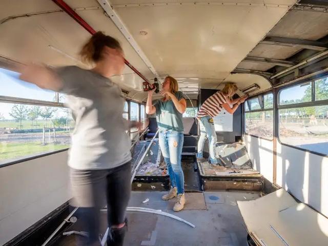 4 cô gái trẻ mua xe buýt rẻ tiền rồi biến thành mobihome sang chảnh, đem cho thuê kiếm gần nghìn đô mỗi tuần - ảnh 4