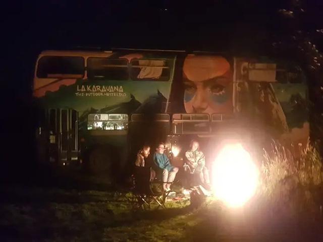 4 cô gái trẻ mua xe buýt rẻ tiền rồi biến thành mobihome sang chảnh, đem cho thuê kiếm gần nghìn đô mỗi tuần - ảnh 13
