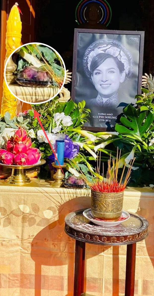 Trên bàn thờ cố ca sĩ Phi Nhung tại tang lễ Mỹ có đặt 1 món từng khiến NS Việt Hương khóc nghẹn khi nhắc đến! - ảnh 1
