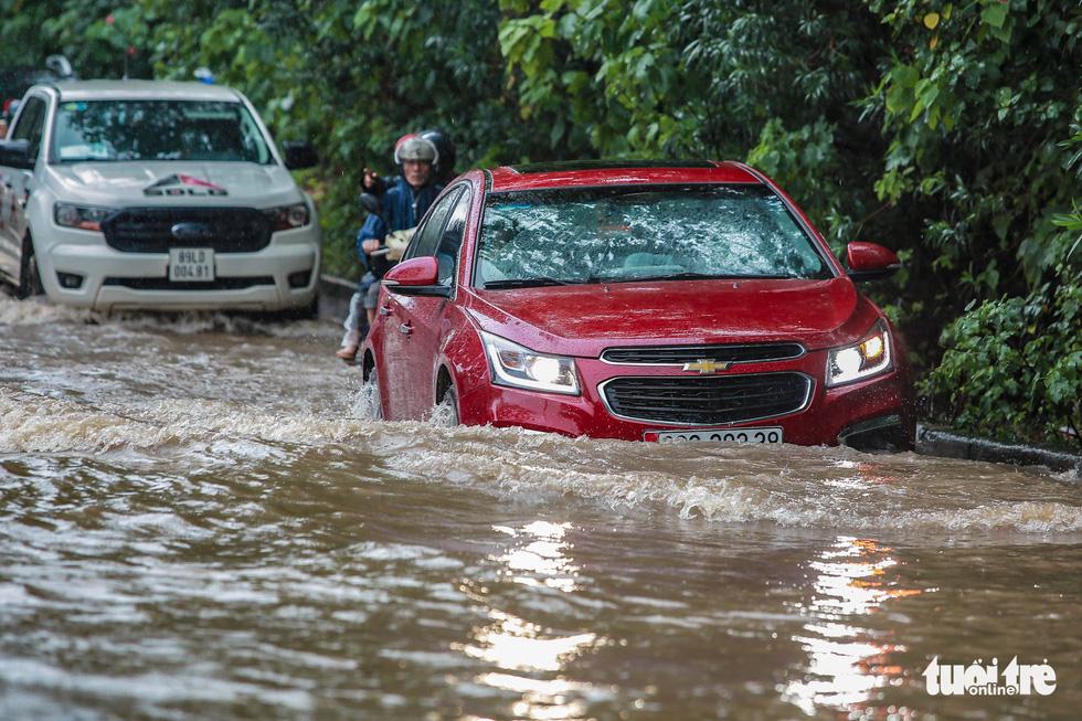 Mưa lớn kéo dài, nhiều tuyến đường Hà Nội ngập sâu - ảnh 4