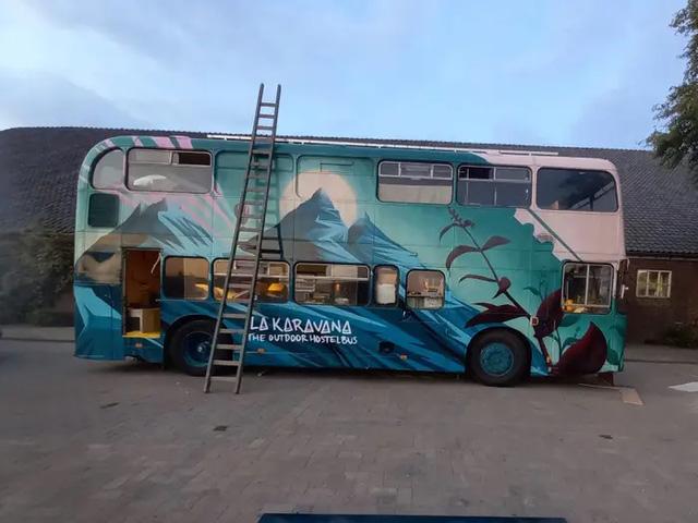 4 cô gái trẻ mua xe buýt rẻ tiền rồi biến thành mobihome sang chảnh, đem cho thuê kiếm gần nghìn đô mỗi tuần - ảnh 3