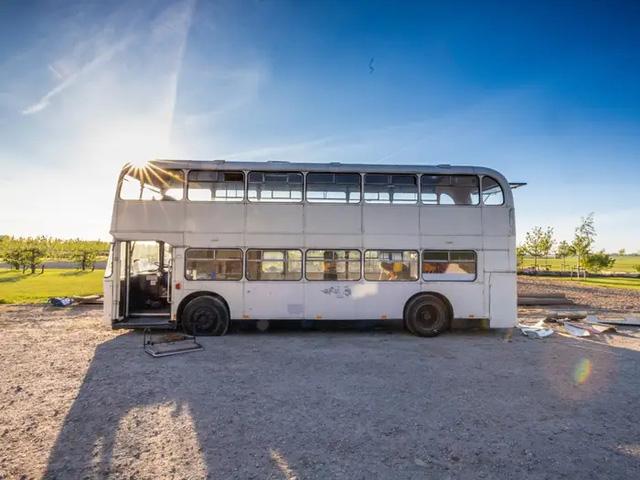 4 cô gái trẻ mua xe buýt rẻ tiền rồi biến thành mobihome sang chảnh, đem cho thuê kiếm gần nghìn đô mỗi tuần - ảnh 2