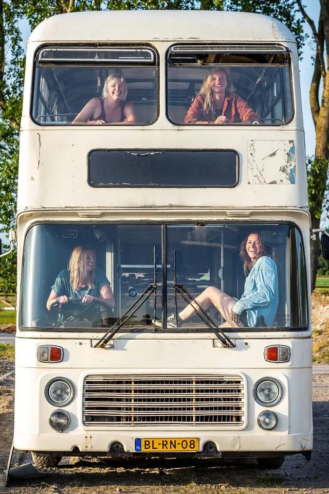 4 cô gái trẻ mua xe buýt rẻ tiền rồi biến thành mobihome sang chảnh, đem cho thuê kiếm gần nghìn đô mỗi tuần - ảnh 6