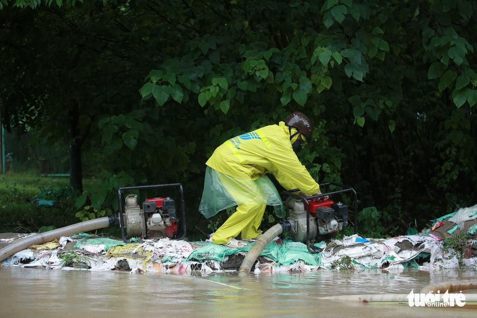 Mưa lớn kéo dài, nhiều tuyến đường Hà Nội ngập sâu - ảnh 7