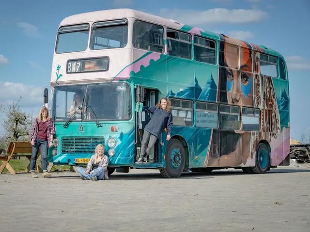 4 cô gái trẻ mua xe buýt rẻ tiền rồi biến thành mobihome sang chảnh, đem cho thuê kiếm gần nghìn đô mỗi tuần - ảnh 15