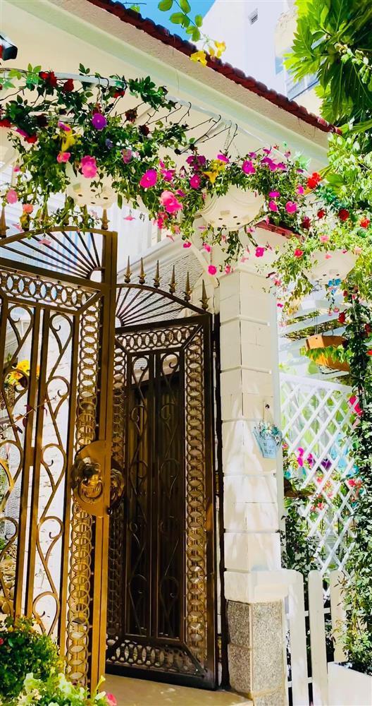 Vy Oanh khoe cận cảnh biệt thự ngập sắc hoa chồng tặng - ảnh 5