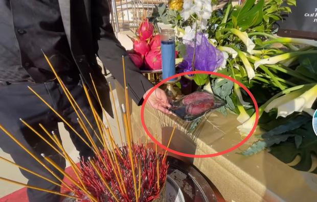 Trên bàn thờ cố ca sĩ Phi Nhung tại tang lễ Mỹ có đặt 1 món từng khiến NS Việt Hương khóc nghẹn khi nhắc đến! - ảnh 2