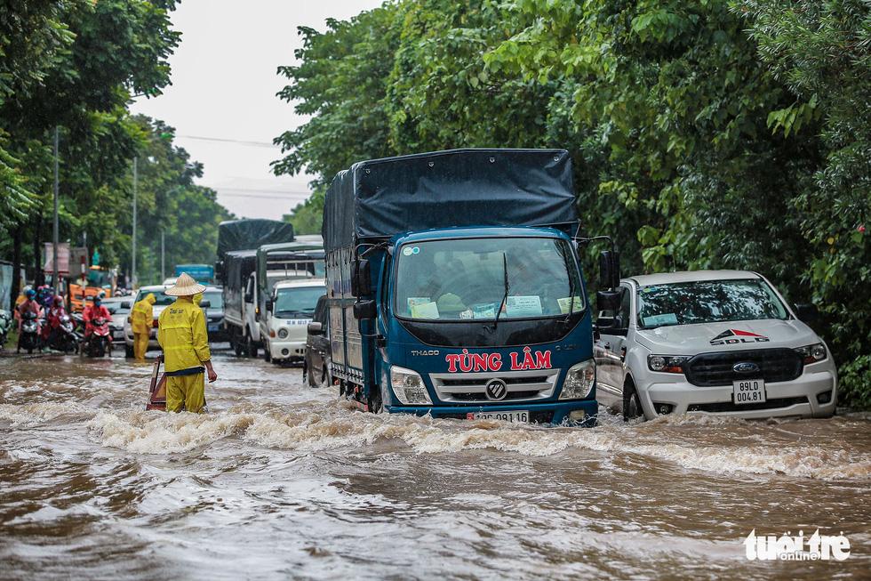 Mưa lớn kéo dài, nhiều tuyến đường Hà Nội ngập sâu - ảnh 8