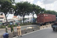 Đi bộ trong làn ôtô ở TP Thủ Đức, nam thanh niên bị xe container cán