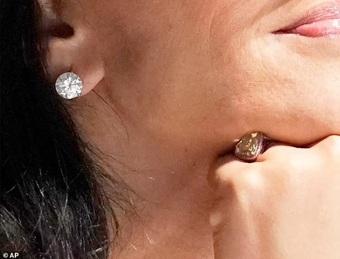 Bạn gái tỷ phú giàu nhất thế giới đeo nhẫn trên ngón đặc biệt: Ẩn ý gì đây?