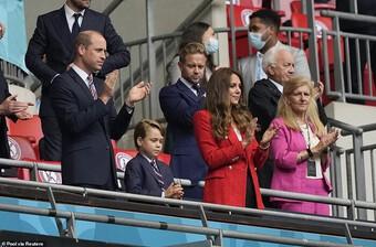 Cách mặc áo blazer đơn giản nhưng vẫn ghi trọn điểm thanh lịch như Công nương Kate