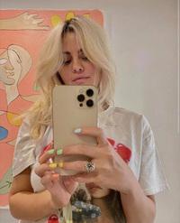 Soi chiếc ốp iPhone của Selena Gomez: Thương hiệu nổi tiếng, giá gần bằng một chiếc iPhone