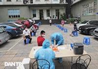 Bố từ Bắc Ninh lên Hà Nội tiếp tế cho con gái trong khu chung cư bị cách ly