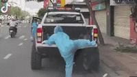 """Nữ chiến binh tí hon chật vật leo lên xe phun khử khuẩn """"gây bão"""" MXH"""