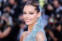Nghệ sĩ gặp sự cố khi mặc váy lông vũ trên thảm đỏ Cannes