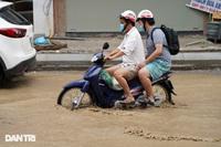 Hà Nội: Mưa lớn nhiều giờ đồng hồ gây ngập úng một số tuyến phố