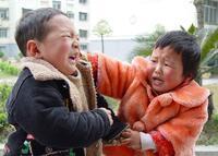 Chị 6 tuổi đè em trai 2 tuổi ra đánh, mẹ ngồi im để hai con tự giải quyết, nghe cô chị giải thích dân mạng liền thán phục