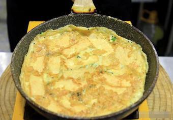 Một miếng đậu phụ, hai quả trứng, đầu bếp dạy bạn làm món đậu phụ sốt trứng, giòn bên ngoài và mềm bên trong, rất bổ dưỡng