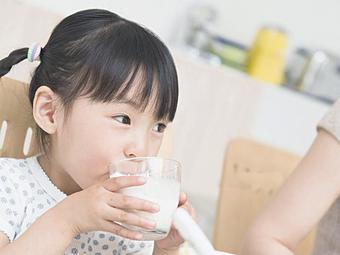 Cho rằng con gái uống sữa mỗi ngày khiến ngực nổi cục, dậy thì sớm nhưng nghe bác sĩ giải thích, người mẹ lại cảm thấy xấu hổ vì điều này