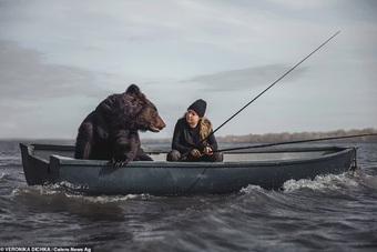 """Chưa có bạn trai, nhưng có... gấu: Cô gái Nga gây sốt với """"thú cưng"""""""