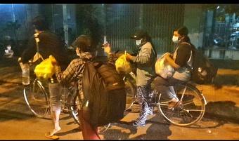 4 mẹ con đạp xe về Nghệ An: ''Xin nhường tiền đó cho những người đang kẹt lại TP''