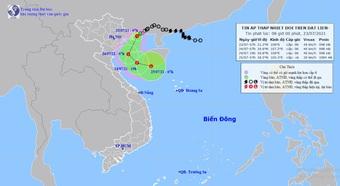 Áp thấp nhiệt đới đi vào vùng biển Quảng Ninh, miền Bắc mưa như trút nước