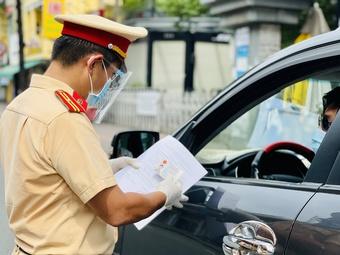 Xe ôm đi giao rau bị CSGT TP.HCM phạt Chỉ thị 16 vì không có ''tờ giấy lận lưng''