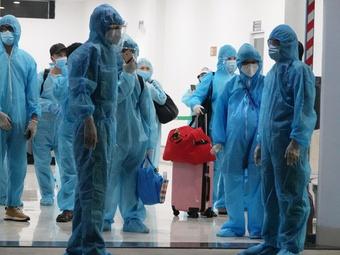 Tạm chia tay Sài Gòn về quê vì Covid-19: Rơi nước mắt khi máy bay về đến Bình Định