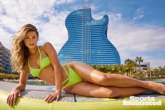 Nữ y tá tuyến đầu chống COVID-19 diện bikini nóng bỏng hết nấc