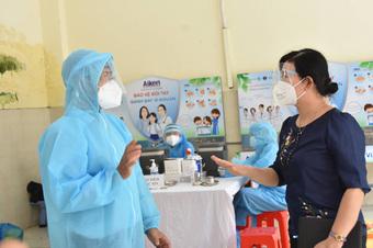 Người cao tuổi mừng vì được tiêm vaccine phòng COVID-19
