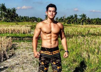 Hot boy 6 múi bán sầu riêng gây sốt với ngoại hình giống Châu Kiệt Luân hiện ra sao?