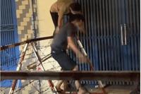 2 người trèo rào phong tỏa, dân mạng bức xúc: 'Phải nằm thở oxy mới biết sợ'