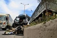 """""""Hung thần"""" container bay qua dải phân cách tông lật xe tải trên QL 51"""