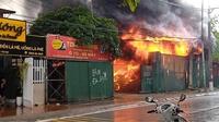 Hà Nội: Cháy lớn kèm cột khói cao hàng chục mét tại kho hàng