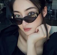 Hoa hậu Lương Thùy Linh mặc trang phục đàn ông nam tính, cuối tuần ở nhà đọc sách