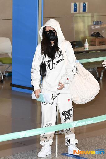 """Bóc giá set đồ Jennie mặc khi chạy mất cả dép ở sân bay, xinh thế này liệu có """"cháy hàng"""" không ta?"""