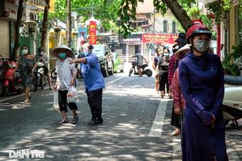 Xếp hàng nhận gạo, mì tôm miễn phí ở Hà Nội trong ngày đầu giãn cách xã hội