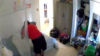 Đặt camera giám sát căn hộ lúc đi vắng, cô gái phát hiện hành động biến thái của chủ nhà
