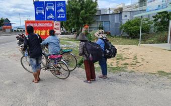30 công nhân đi bộ xuyên đêm từ Bình Định về quê, gói mì của CSGT khiến ai cũng rưng rưng nước mắt