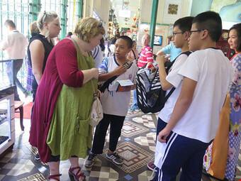 Khi học sinh lớp 8 làm hướng dẫn viên du lịch