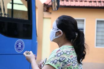 Người dân Sài Gòn mua rau củ trên... xe buýt
