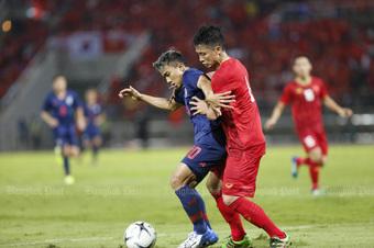Tuyển Thái Lan vấp mối lo lớn trước mục tiêu soán ngôi vô địch của tuyển Việt Nam
