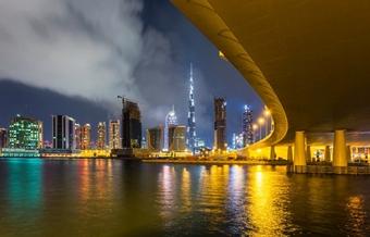 Sa mạc UAE lênh láng nước sau khi làm mưa nhân tạo giữa cái nóng thiêu đốt gần 50 độ C