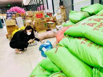 Cùng trường đại học, ca sĩ Thủy Tiên tiếp tục làm từ thiện giữa tâm dịch Covid-19