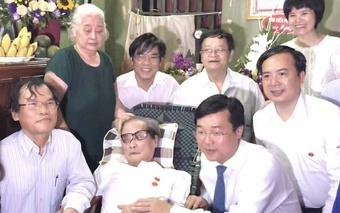 Nhà văn Sơn Tùng mãn nguyện khi nhận Huy hiệu 70 năm tuổi Đảng ở tuổi 91